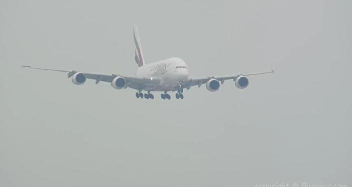 最大客机空客A380在飓风中降落的视频被拍下