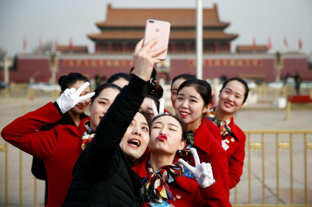 女孩在天安门广场自拍
