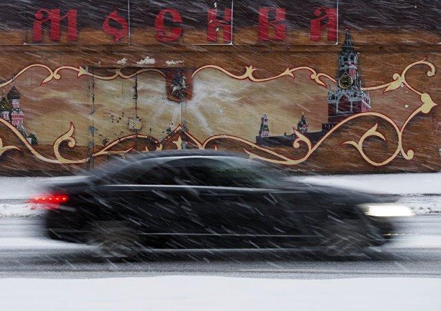 Автомобиль на дороге во время снегопада в Москве