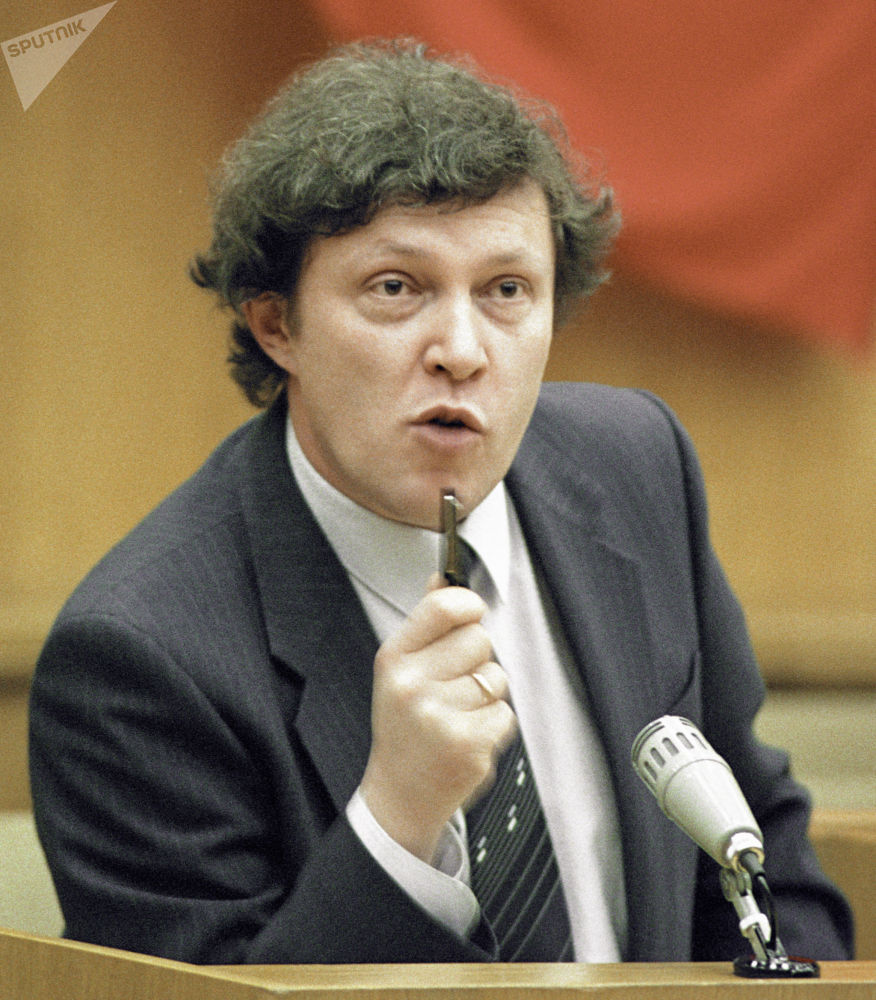 1990年,亞夫林斯基被任命為俄羅斯聯邦部長會議副主席和國家經濟改革委員會主席。