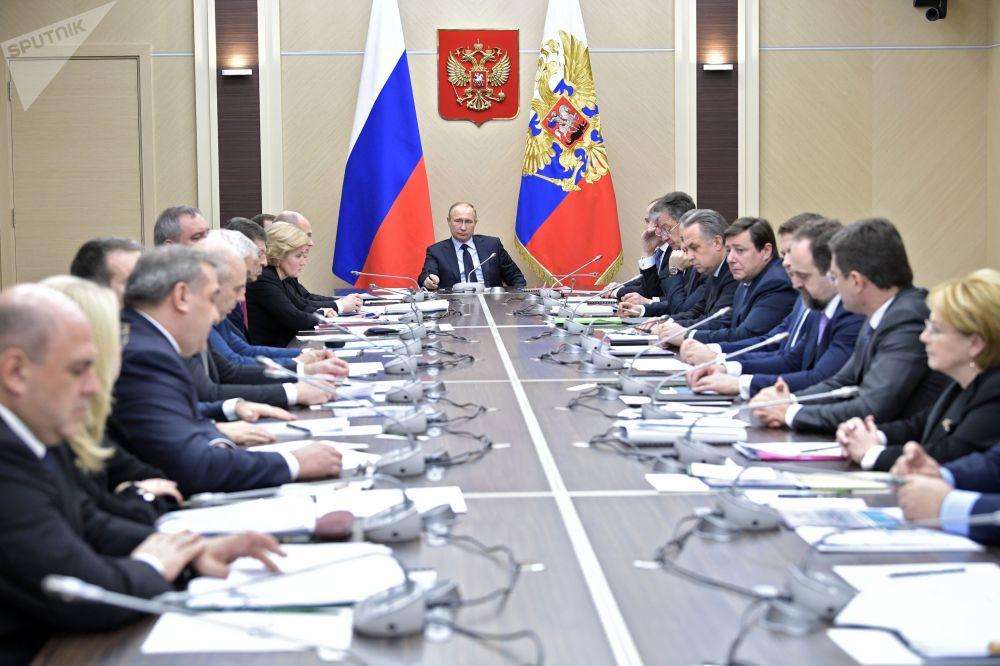 普京在2004年年度國情咨文中表示:我們的目標絕對清楚,那就是:國家生活水平高,而且是一種安全、自由和舒適的生活;成熟的民主和發達的公民社會;鞏固俄羅斯在世界上的地位,我重復一下,主要的是大幅提高公民福利。