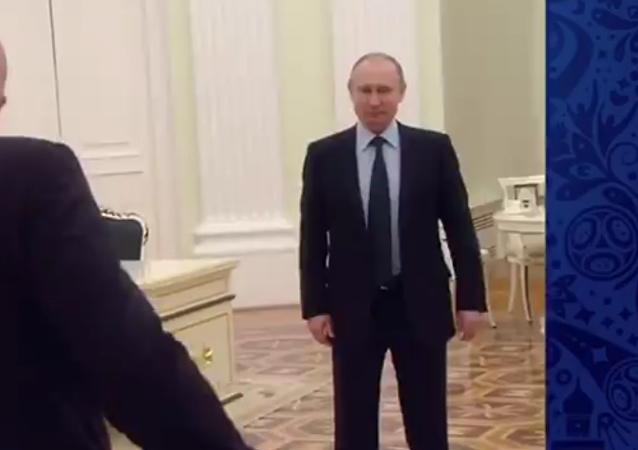 FIFA公布普京与FIFA主席克宫踢球视频
