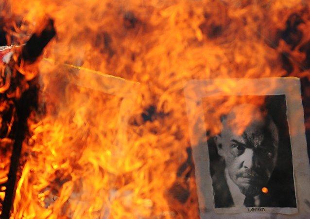 印度一座列宁雕像被推土机拆除