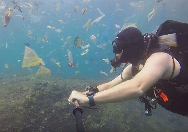 英国潜水员在印尼附近海域拍下海水中的垃圾