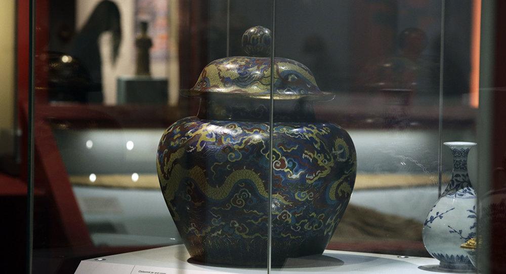 在法国阁楼上发现的中国花瓶在拍卖会上被以创纪录的1600万欧元售出