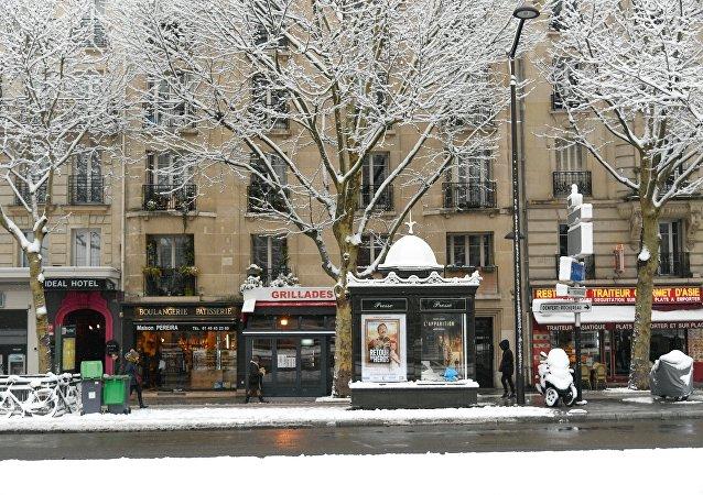 不明分子在巴黎一家餐館持刀傷人