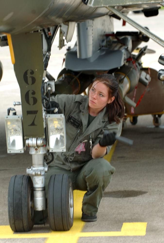 法國「陣風」戰機女機械師