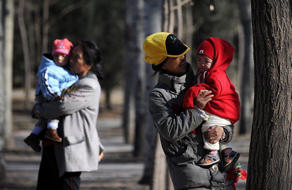 2016年中國政府取消了獨生子女政策。取消的原因是,出生率下降,同時老年人口數量上升。在執行獨生子女政策的37年內,低於20歲的中國人從1970年的50%減少到2010年的27%,而60歲以上的老年人口比重從7%增至14%。