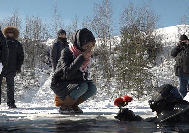 俄近卫军战斗潜水员从冰窟窿里祝贺姑娘们三八节快乐