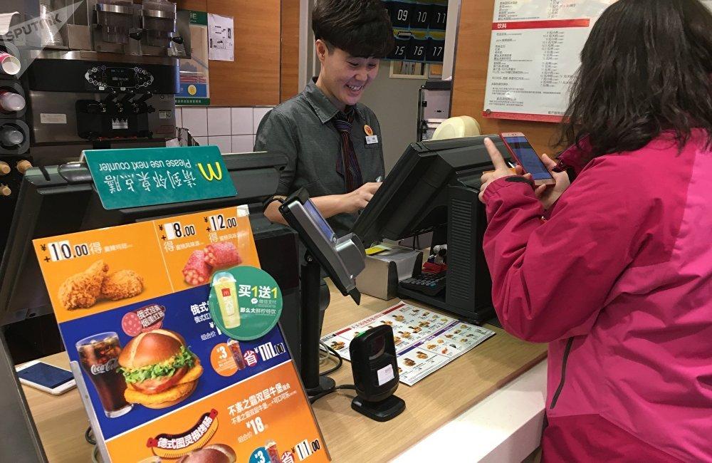 中国麦当劳菜单中最受欢迎的'俄式红肠堡'