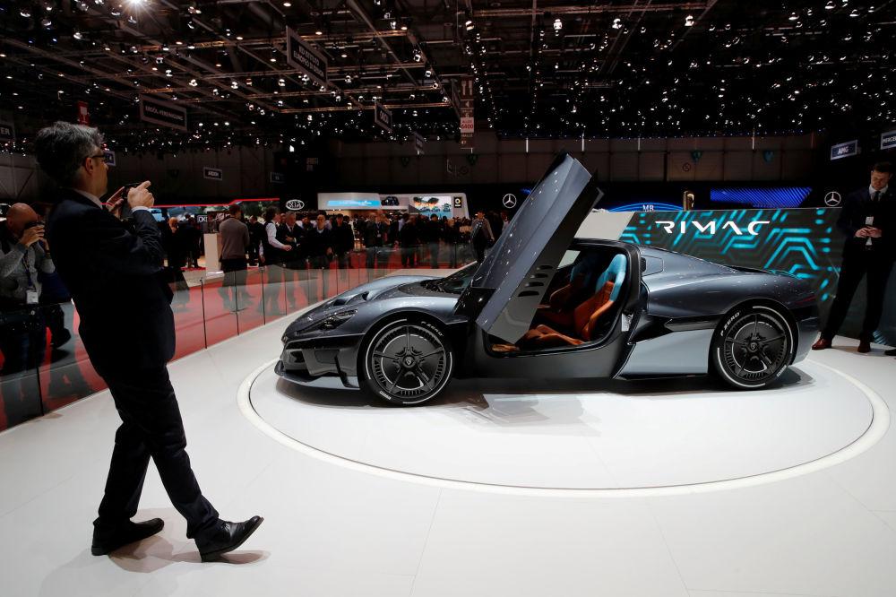 參觀者在拍攝一輛克羅地亞純電動超跑Rimac 2代