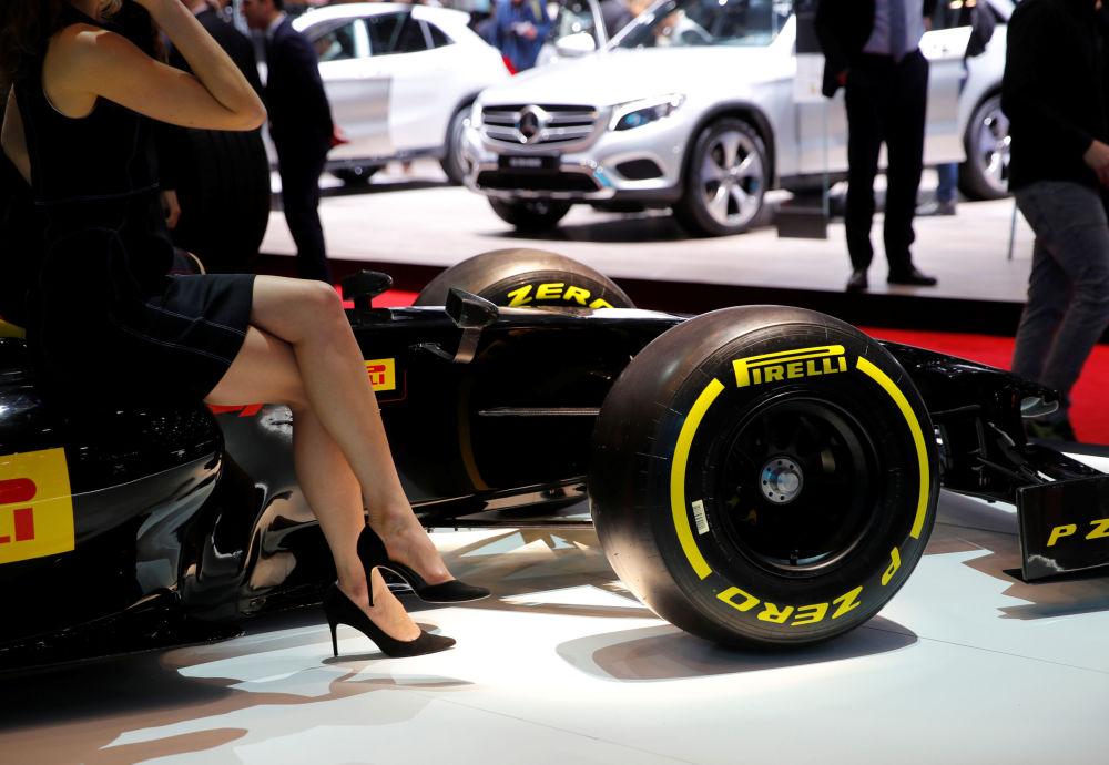 倍耐力展台上的一级方程式赛车复制品模型