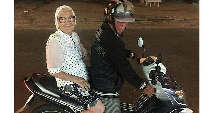 在越南乘坐轻便摩托车