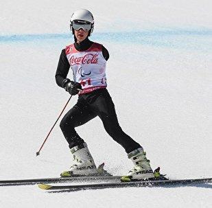 阿列克謝·米庫申(俄羅斯)完成平昌第十二屆冬季殘奧會大型障礙滑雪賽終點衝刺之後