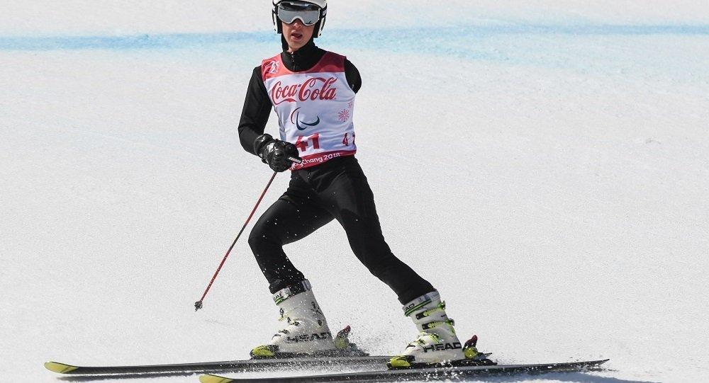 阿列克谢·米库申(俄罗斯)完成平昌第十二届冬季残奥会大型障碍滑雪赛终点冲刺之后