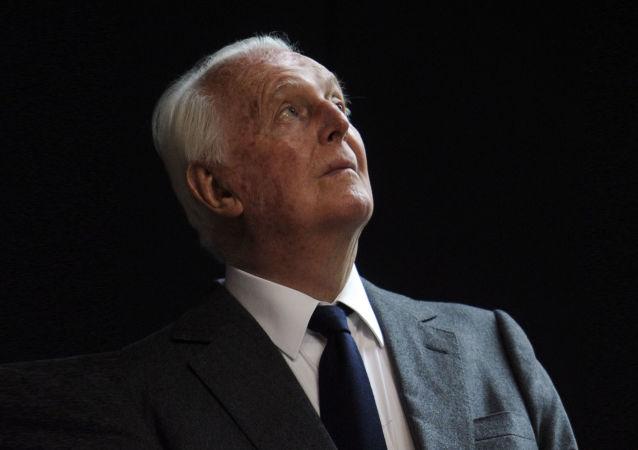 著名的法国时装设计师于贝尔·德·纪梵希