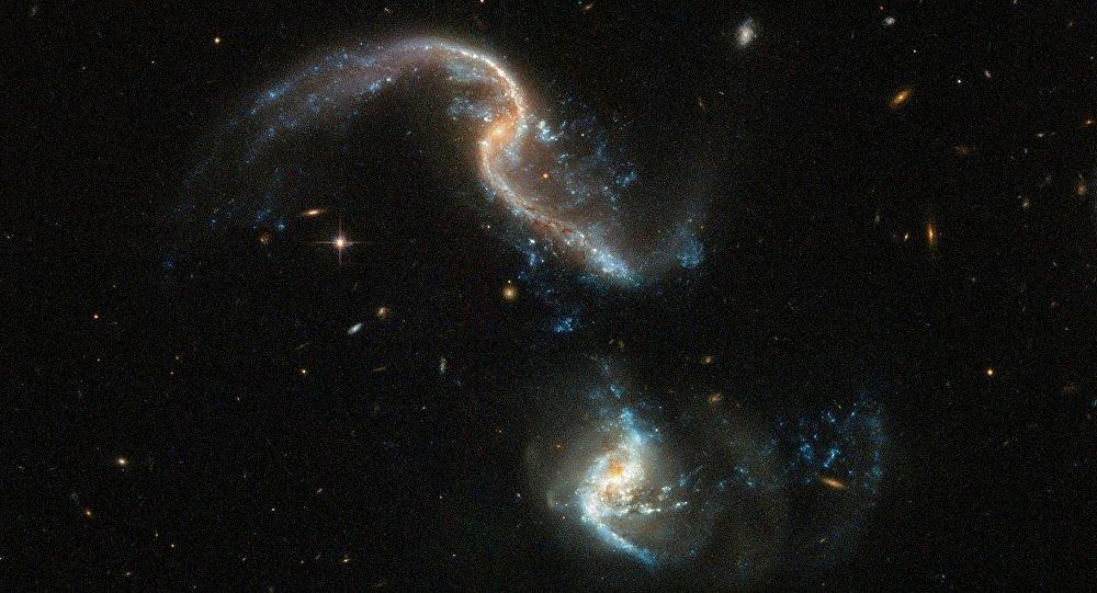 哈勃望远镜拍下星系合并画面