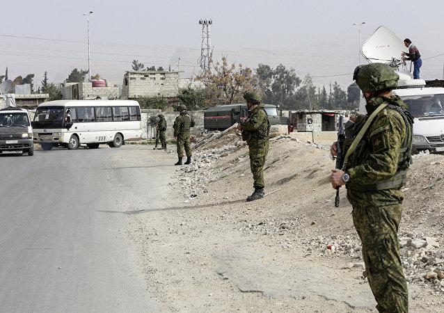 俄军总参谋部表示,俄空天军在驻叙俄军人生命受到威胁的情况下将还击,其中包括对大马士革进行导弹打击和轰炸的情况下