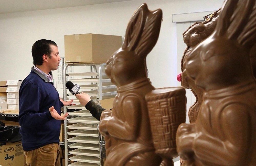 照片拍攝的角度就好像他在接受一隻巨型巧克力兔子的採訪,而實際上他在和匹茲堡郵報(Pittsburgh Post-Gazette)的記者交流,只不過照片沒拍到記者。