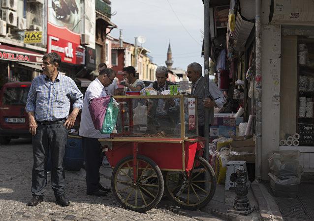 土耳其小吃店業主:很快人們將在網上點茶