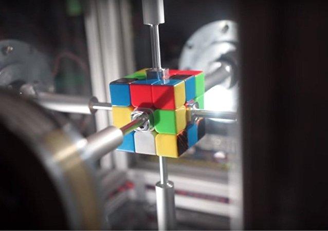 美國機器人不到半秒就組變好了一個魔方(視頻)