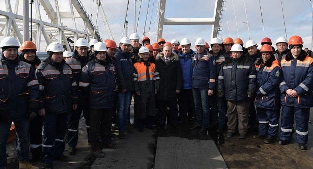 俄羅斯總統普京對工人表示感謝 (克里米亞大橋公路部分)