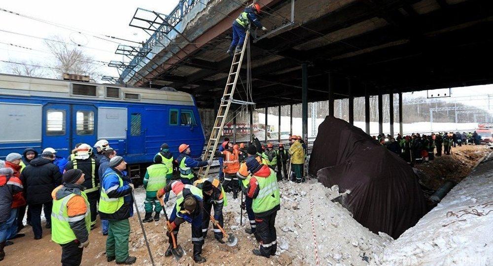 莫斯科东北部发生电气火车与拖拉机相撞事故