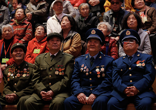 中国老兵向符拉迪沃斯托克赠送医用口罩和防护服