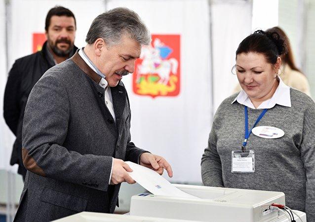 Кандидат в президенты РФ от КПРФ Павел Грудинин голосует на выборах президента РФ на избирательном участке №13-06 в Москве