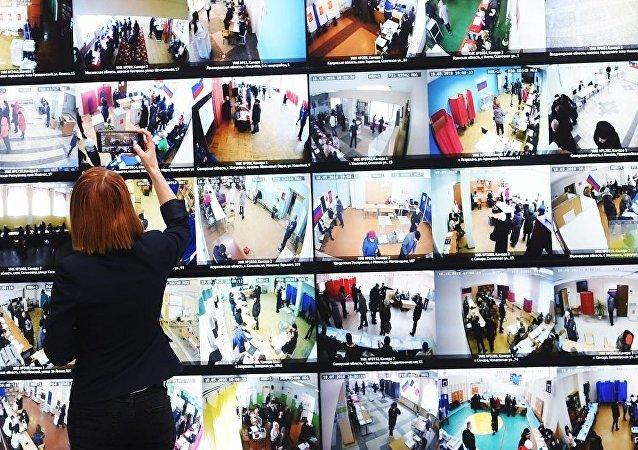 許多觀察員都注意到了在投票點用於投票的設備的高科技性。