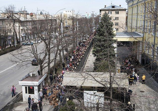 Очередь на избирательный участок в посольстве Российской Федерации в Бишкеке, где проходит голосование на выборах президента РФ