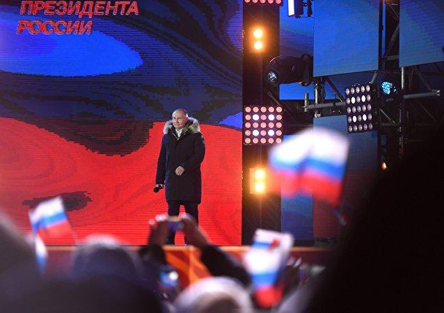 Президент РФ Владимир Путин на митинг-концерте на Манежной площади в Москве, посвященном годовщине воссоединения Крыма с Россией