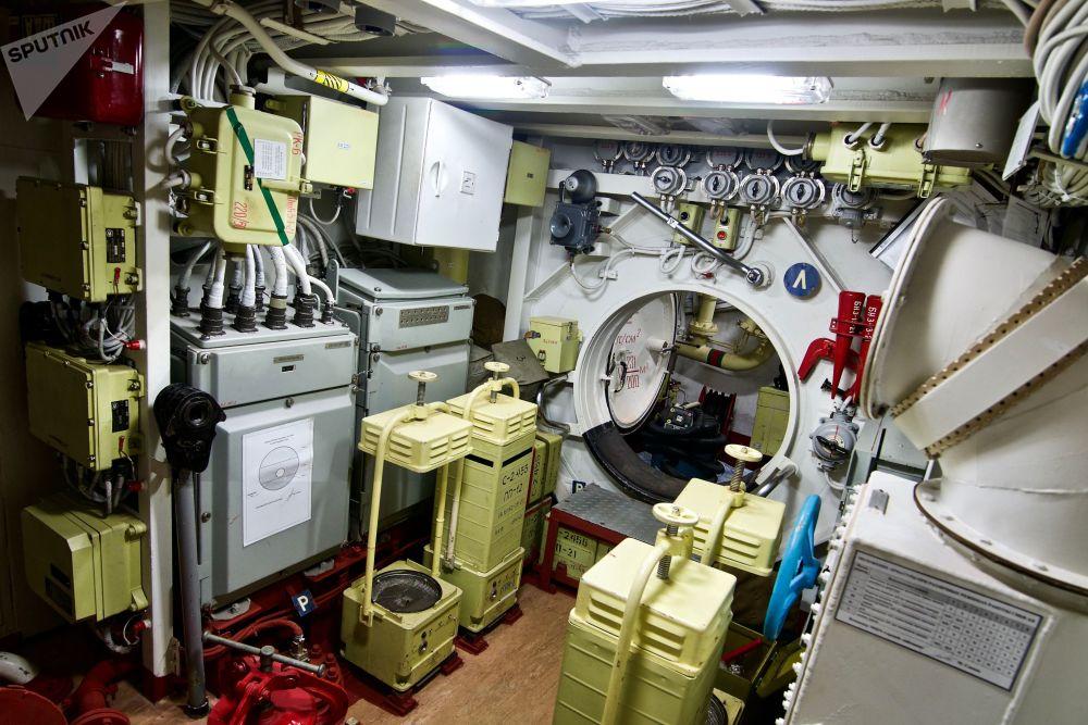 """在""""诺沃罗西斯克""""鱼雷甲板上,可以放下所有水雷、鱼雷和可以消灭海上和地面目标的""""克拉布""""(Caliber)巡航导弹。"""