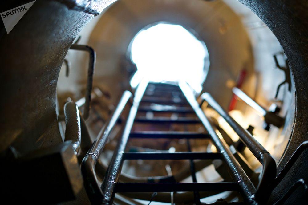 潜艇唯一的正面入口是一个从司令塔垂直向下的带梯子的狭长出入口。根据紧急下潜规范,6名值班人员20秒内跳下驾驶台,一点都不耽搁的话,再过20秒,潜艇就潜入了水中。