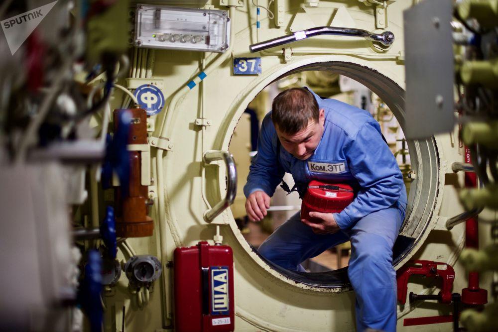 """""""诺沃罗西斯克""""号指挥官康斯坦丁·塔巴中校称,潜艇在长途航行期间常常""""尊享""""北约海防舰和护卫舰的""""护送"""",但潜艇可以迅速下潜躲藏。"""
