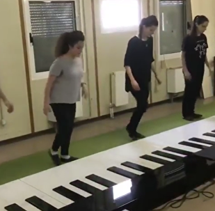 四人用脚弹钢琴演绎《Despacito》