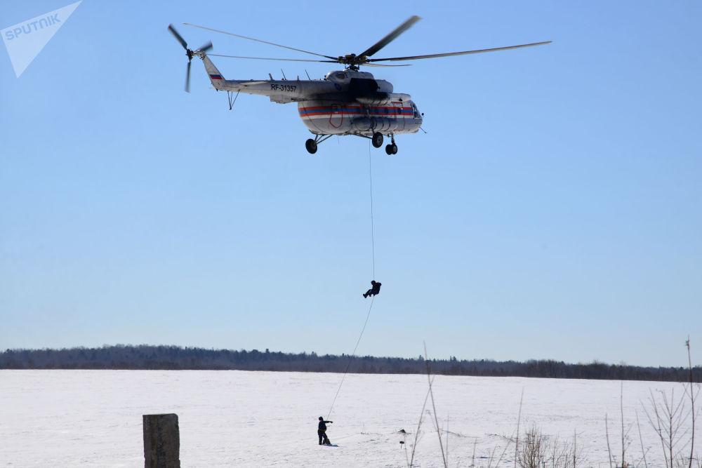 俄紧急情况部救援人员