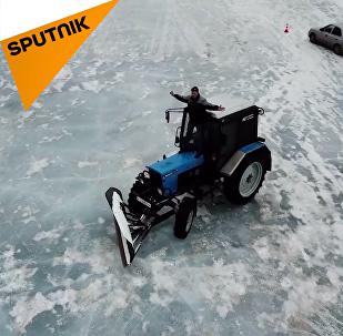 葉卡捷琳堡拖拉機司機冰湖玩漂移