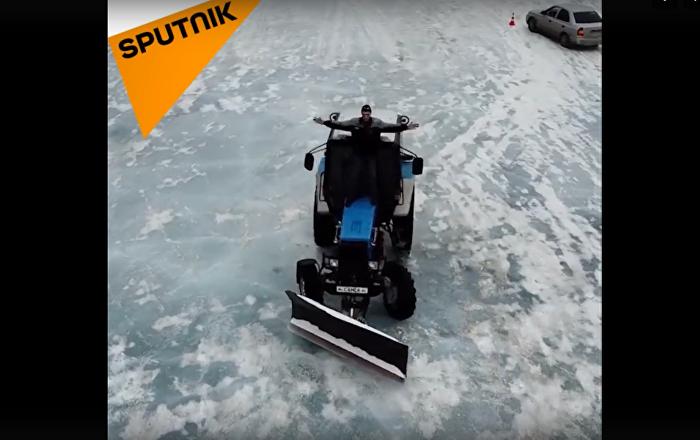 葉卡捷琳堡拖拉機司機冰湖玩漂移(視頻)