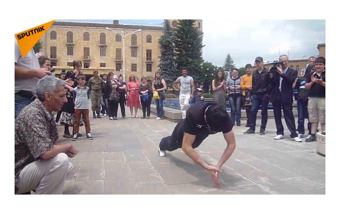 亚美尼亚运动员以其特别的俯卧撑刷新世界记录