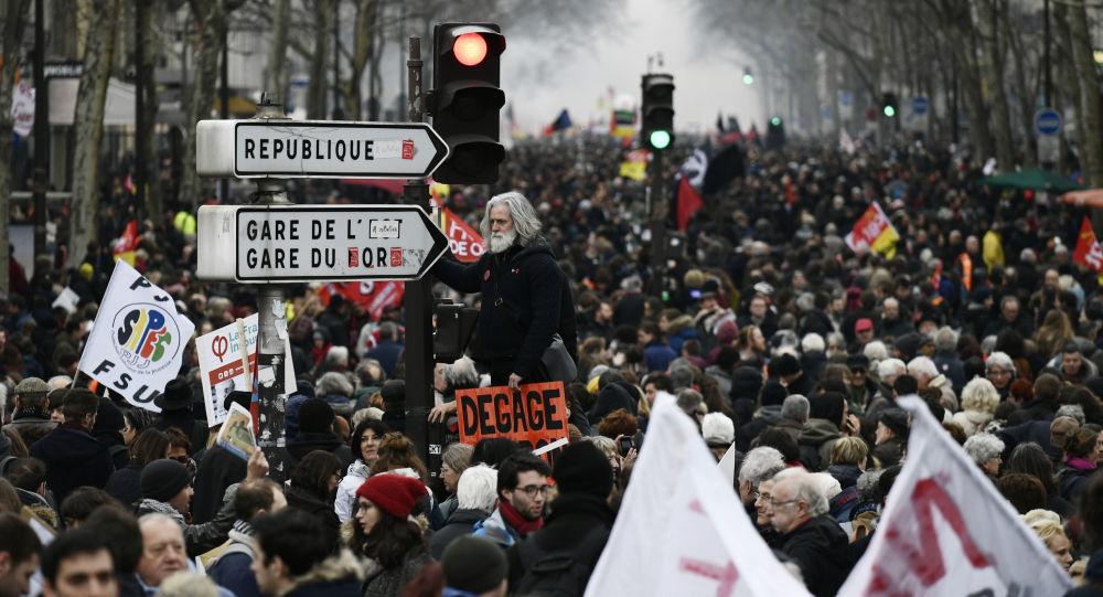 巴黎警方用水炮驱散马克龙的反对者