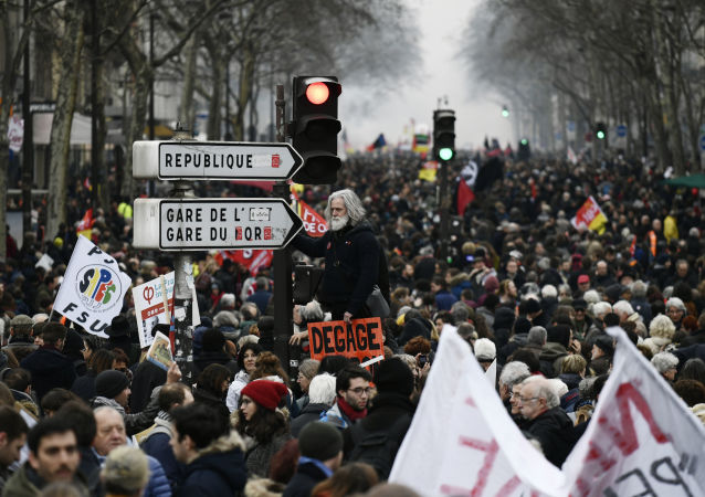 巴黎警方用水炮驅散馬克龍的反對者
