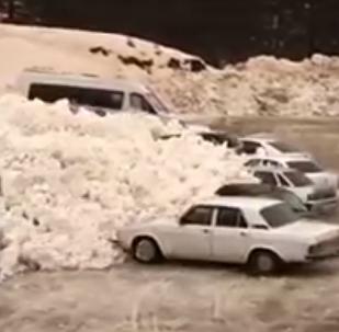 在厄爾普魯士附近的雪崩場景被拍下