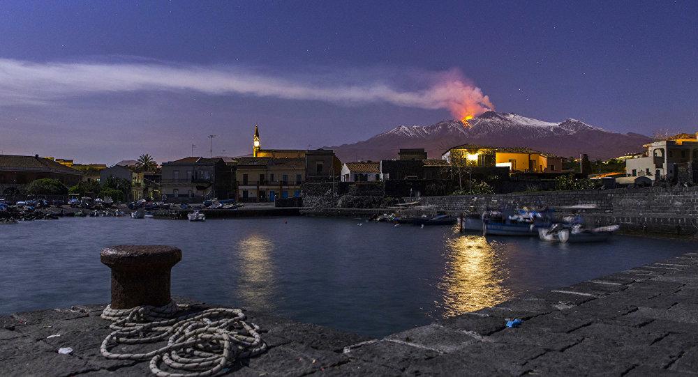 西西里岛地质学家称火山在向大海滑动
