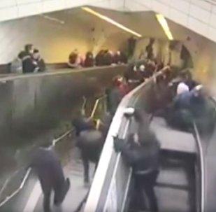 土耳其一名男子掉进正在运行的自动扶梯