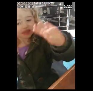小女孩向一只蜜蜂挥手打招呼,意外发现蜜蜂竟然也在挥手回应她