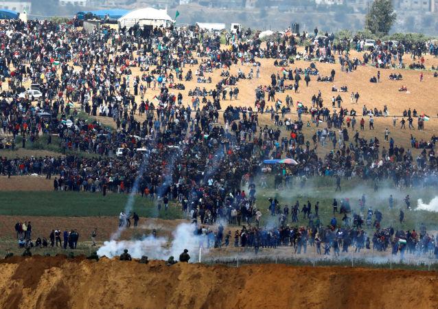 Израильские военные используют слезоточивый газ против палестинцев на границе Сектора Газа с Израилем