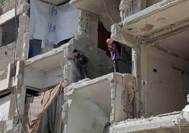 """叙政府军对杜马市破坏人道停火的""""伊斯兰军""""发动打击"""
