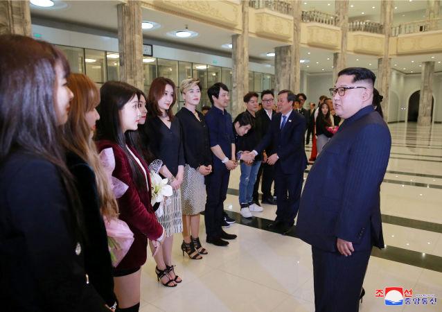 金正恩在韓國流行樂團在朝鮮舉行的演唱會上