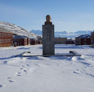 斯匹次卑尔根群岛无边无际的雪景和苏联时代印记